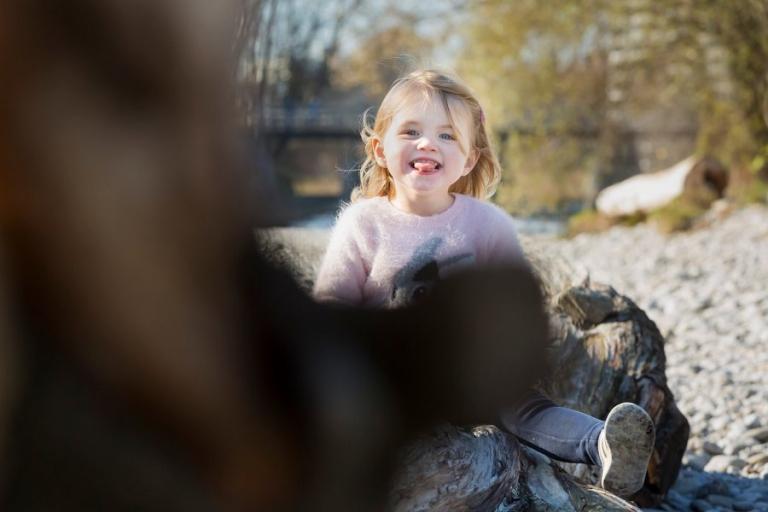 Kleines Mädchen an der Isar